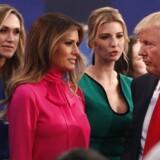 Donald Trumps kone, Melania Trumps, tøjvalg tiltrak sig en del opmærksomhed under søndagens præsidentdebat.