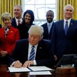 Arkivfoto af Donald Trump, der er omgivet af kabinet-medlemmerne.