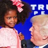 Donald Trump tog en lille pige op på scenen under et vælgermøde i Green Bay Wisconsin mandag aften.