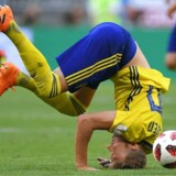 Sveriges Ola Toivonen falder under opgøret med England. / AFP PHOTO / Manan VATSYAYANA / RESTRICTED TO EDITORIAL USE - NO MOBILE PUSH ALERTS/DOWNLOADS