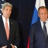 »Rusland håber på et mere effektivt samarbejde med Trump om Syrien, end det Rusland havde med Obama-administrationen, siger Sergej Lavrov (th), der her ses sammen med den afgående amerikanske udenrigsminister, John Kerry, ved en tidligere lejlighed.