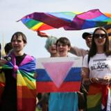 Omkring 100 personer deltog i weekenden i en demonstration for homo-, bi- og transseksuelles rettigheder i den russiske by Skt. Petersborg. Moddemonstranter angreb demonstrationen med peberspray.