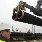 HANDOUT-FOTO d. 24. marts 2017 af dele af gasledningen Nord Stream 2, der bliver leveret til den tyske ø Rügen.Se RB 7/3 2017 17.32. Løkke venter snarligt svar fra EU om russisk gasledningDet er begrænset, hvad Danmark kan gøre selv for at hindre russisk gasledning gennem dansk farvand.