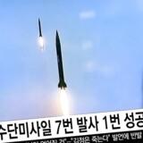 Sydkoreanere ser en nyhedsudsendelse i Seoul 16. oktober. Nordkorea har ifølge både det amerikanske og sydkoreanske militær testet endnu et ballistisk missil. Men forsøget gik ikke som planlagt.