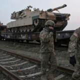 Amerikanske soldater går ved militærbasen i Rumænien, hvor 500 tropper nu er blevet indsat. Inquam Photos/Octav Ganea/via REUTERS