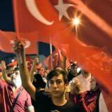 Søndag blev der holdt en støtte-demonstration for regeringen på Taksim-pladsen i Istanbul Det skete efter, at dele af landets militær forsøgte at kuppe sig tli magten fredag aften.