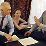 Julian Assange (TV.) taler med sin rådgiver Balthasar Garcon. Ecuadors præsident, Lenín Moreno, siger i et tv-interview, at Julian Assange udgør et nedarvet problem, som har indebåret en del besvær for hans regering. Free/Colourbox