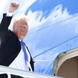 USA præsident Donald Trump går om bor i præsidentflyet på vej mod Singapore på en luftbase i Canada efter et G7-topmøde, der ikke kan kaldes en succes. Kort efter take off skriver Trump på Twitter, at han har givet sine embedsmænd ordre til at trække støtten til det afsluttende topmøde-kommuniké, som han selv har været med til at forhandle på plads. SAUL LOEB/AFP PHOTO