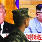 En sydkoreansk soldat går forbi en TV-skærm med billeder af USAs præsident Donald Trump og Nordkoreas leder Kim Jong-un på en togstation i Seoul. Trump har i en overrumplende udvikling accepteret at mødes personligt med Jong-un. AFP PHOTO / Jung Yeon-je