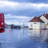 Dagen efter at Danmark blev ramt af stormflod og oversvømmelser, stod vandet stadigvæk højt mange steder. Her er det Stege på Møn torsdag d. 5 januar 2017. Her er det byens busholdeplads der er oversvømmet. (Foto: Bax Lindhardt/Scanpix 2017)