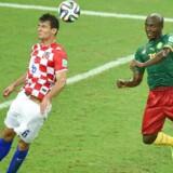Arkivfoto: Ognjen Vukojevic, da han selv spillede for det kroatiske landshold. Her i duel med Cameroons Pierre Achille Webo til VM i Brasilien i 2014.