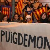 Protester foran fængslet i Neumünster sent søndag aften, efter at tysk politi har anholdt den tidligere catalanske leder Carles Puigdemont.