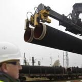 Rørene til Nord Stream 2 er allerede ved at blive bygget, og selskabet bag rørledningen håber at have alle godkendelser i hus - inklusiv en dansk miljøgodkendelse - så selve konstruktionen kan begynde i starten af 2018. Mandag tog projektet et stort skridt mod realisering, da fem europæiske energiselskaber stillede lånerammer for op mod 35 milliarder kroner til rådighed for selskabet. HANDOUT-FOTO d. 24. marts 2017.