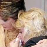 Tidligere skuespiller Heather Kerr (R) får et knus fra sin advokat Gloria Allred (L). På en pressekonference læste hun en forklaring op, hvor hun beskylder Harvey Weinstein for seksuelle overgreb.EPA/MIKE NELSON