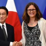 EU kommissær for handel, Cecilia Malmstrøm, byder Japans udenrigsminister, Fumio Kishida, velkommen til EUs hovedkontor i Bruxelles.