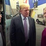 Her er et stilbillede fra den nu så berygtede pussy-video: Studievært Billy Bush (til venstre) og Donald Trump udveksler kvindehån, og Trump praler af at, at han bare uden videre gramser kvinder i skridtet. Bush står nu frem og fortæller, at han tror på, at Trump er en sex-forbryder.