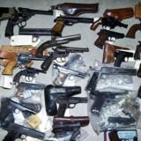 ARKIV: OBS! Disse våben er ikke fra den konkrete aktion tirsdag aften. Våbnene på billedet er afleveret i 2013 under det såkaldte »frit lejde«. Politiet har ikke nogle billeder af aktionen fra den konkrete aktion. Flere af våbnene på billedet er revolvere og pistoler, ligesom hovedparten af de våben der blev beslaglagt tirsdag aften er det.