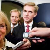 Personlige relationer er ofte afgørende i politik. I 00erne var forholdet mellem Dansk Folkepartis formand, Pia Kjærsgaard, og finansminister Thor Pedersen (V) tæt. Her har VK-regeringen og Dansk Folkeparti netop indgået en aftale om finansloven for 2007. I midten ses Peter Skaarup (DF) og Kristian Thulesen Dahl, der i dag er DF-formand.