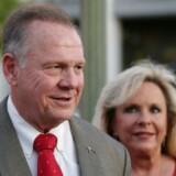 Roy Moore (her sammen med sin kone, Kayla) beskyldes af flere kvinder for seksuel forulempelse. »Jeg mener, at han bør træde til side,« siger Mitch McConnell, der er den højest rangerende republikaner i Kongressen.
