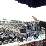 Irans præsident, Hassan Rouhani, taler til en forsamling i Iran og siger, at hvis USA forlader aftalerne, vil amerikanerne »fortryde det som aldrig før«.