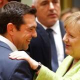 På torsdagens topmøde skal Tyskands Angela Merkel forsøge at skabe enighed om en europæisk løsning om migration i EU. Forud for mødet har den græske premierminister Alexis Tsipras (tv) signaleret, at han er klar til en aftale om tilbageføring af asylansøgere fra Tyskland til Grækenland.