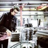 »Alle skal løfte mere, for ved at tage en erhvervsuddannelse kan man få et godt liv, et godt job og en god løn,« siger direktør for Dansk Arbejdsgiverforening, Jacob Holbraad, om den manglende søgning mod erhvervsskolerne.