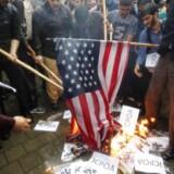 epa06722956 Iranere brænder flag af uden for den tidligere amerikanske ambassade i Teheran, Iran, 09 Maj 2018 efter at Trump besluttede at trække USA ud af atom-aftalen. EPA/STR