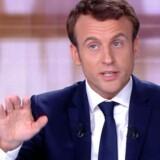 Den franske præsidentkandidat Emmanuel Macron har lagt sag an mod en ukendt »person X«. »Person X« har spredt »falske nyheder« om »påståede, spækkede« udelandske konti, Macron skulle beside, lyder det i sagsmålet. Sagen følger i kølvandet på beskyldninger om netop dette fra den anden præsidentkandidat Marine Le Pen, i en landsdækkende TV-debat.