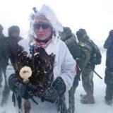 Trods snestorm har flere militære veteraner mandag 5. december marcheret til støtte for beskyttelsen af vandet ved Oceti Sakowin Camp på grænsen til Standing Rock Sioux-reservatet i North Dakota, USA. I løbet af weekenden har en stor gruppe af militære veteraner sluttet sig til de indfødte amerikanere i forsøget på at standse opførelsen af en olierørledning i området. Scott Olson/Getty Images/AFP == FOR NEWSPAPERS, INTERNET, TELCOS & TELEVISION USE ONLY ==