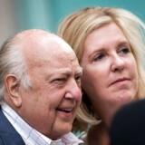 Roger Ailes med sin kone Tilson, der har stået last og brat med sin mand trods vedvarende beskyldninger om sexchikane af kvindelige medarbejdere.