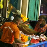 Ambulancer blev kaldt til stedet, mens politiet forsøgte at evakuere området og få styr på kaosset.