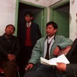 Qin Yongmin (til højre) blev senest i 1999 idømt 12 års fængsel. Her ses han med andre prodemokratiske aktivister i Beijin i 1993. Robyn Beck/arkiv/Ritzau Scanpix