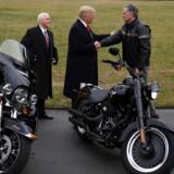 Matt Levatich (th.) hilser på USAs præsident, Donald Trump, og vicepræsident Mike Pence og viser dem et par Harleyer foran Det Hvide Hus i februar 2017.