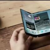 Mobiltelefonens skærm skal kunne foldes sammen, når man ikke bruger den, f.eks. når man taler. Eller den skal kunne foldes ud og blive endnu større. Begge dele rumler verdens største mobilproducent med at gøre klar til næste år. Allerede i 2013 blev visionen præsenteret af Samsung. Foto fra Samsung-video