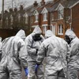 Militære eksperter i beskyttelsesdragter i gang med at undersøge gerningstedet i den sydengelske by Salisbury, hvor en tidligere russisk oberst og hans datter er bkevet forgiftet med en nervegift EPA/NEIL HALL