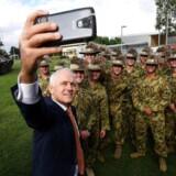Den australske præmierminister Malcolm Turnbull tager ete selfie sammen med den syvende australske brigade. Det australske millitær har netop bestilt 211 panserede køretøjer til en samlet værdi af 5 milliarder australske dollars fra det tyske selskab Australien.