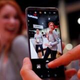 Huawei har travlt med at promovere sin nye toptelefon, Mate 10 Pro, som kom til Danmark lige op til jul, på verdens største forbrugerelektronikmesse i Las Vegas i denne uge. Her skulle en stor og vigtig aftale have været annonceret. Den er nu droppet. Foto. Steve Marcus, Reuters/Ritzau Scanpix