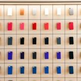Der blev solgt langt færre smartphones til jul end tidligere, så selv om Apples iPhone-salg også gik tilbage, vandt selskabet positionen som verdens nummer et. Arkivfoto: Amy Osborne, AFP/Scanpix