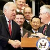 ARKIVFOTO: Rex Tillerson og Tom Shannon. Shannon rangerer som nummer tre i USA's udenrigsministerium. Han havde ansvaret for overdragelsen af magten til præsident Donald Trumps administration, og hans tilbagetræden sker nøjagtigt et år efter.
