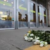 Blodbad i Sankt Petersborg, hvor redningstjenesten har haft travlt efter en eksplosion, der dræbte ti mennesker i metrosystemet. Her er der lagt blomster uden for Sennaja Plosjtjad metrostationen. Reuters/Stringer