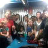Adam og Emily Harteau og deres to små døtre forsvandt søndag, da flodpirater angreb deres båd på Amazonfloden. Her ses familien med brasilianske sikkerhedsfolk 1. november November 2017.