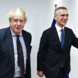 Boris Johnson (tv) bydes velkommen af NATO's generalsekretær Jens Stoltenberg. EPA/EMMANUEL DUNAND / POOL
