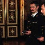 Dronning Margrethe overrakte i 1998 Ebbe Muncks Hæderspris til oberstløjtnant Lars Reinhardt Møller (tv) og, nu afdøde, seniorsergent Erik Kirk, som begge deltog i træfningen, operation Bøllebank, i Tuzla i Bosnien i 1994. Arkivfoto: Simon Knudsen.