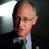 »Vi fandt ingen tegn på aftalt spil. Vi fandt dog tegn på mulig dårlig dømmekraft og upassende møder,« siger republikaneren Mike Conaway.