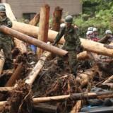 12.000 personer hjælper til med at finde overlevende efter de massive oversvømmelser. Scanpix/Str