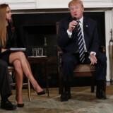 Præsident Donald Trump samlet med overlevere fra skoleskyderiet på Marjory Stoneman Douglas High School i Florida.
