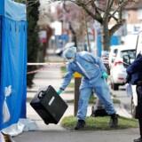 Londons antiterrorpoliti har siden mandag efterforsket Nikolai Glushkovs dødsfald. Og her ses teknikere gå ind i hans hus med en skovl og en fork. Foto: Peter Nicholls