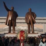 """Nordkorea var """"direkte ansvarlig"""" i WannaCry-angrebet, der lammede computere i 150 lande i maj, siger USA. Her ses statuer i Nordkoreas hovedstad Pyongyang af den tidligere leder og den nuværende leder, Kim Jong-Il 17. december 2017. / AFP PHOTO / KIM Won-Jin"""