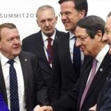 Statsminister Lars Løkke Rasmussen (V) under fredagens EU-topmøde i samtale med Polens premierminister Beata Szydlo (tv), Hollands premierminister Mark Rutte (3. fra højre), Cyperns præsident Nicos Anastasiades (2. fra højre) og den irske premierminister Enda Kenny (th). EPA/RADEK PIETRUSZKA POLAND OUT
