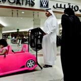 Fredagshandlen er gået i gang i Deira City Mall i Dubai, hvor en familie er på shopping-tur. Udenfor er der 48 grader, indenfor kører air-conditionen på højeste niveau, mens familier kigger på det enorme udbud af luksusvare.